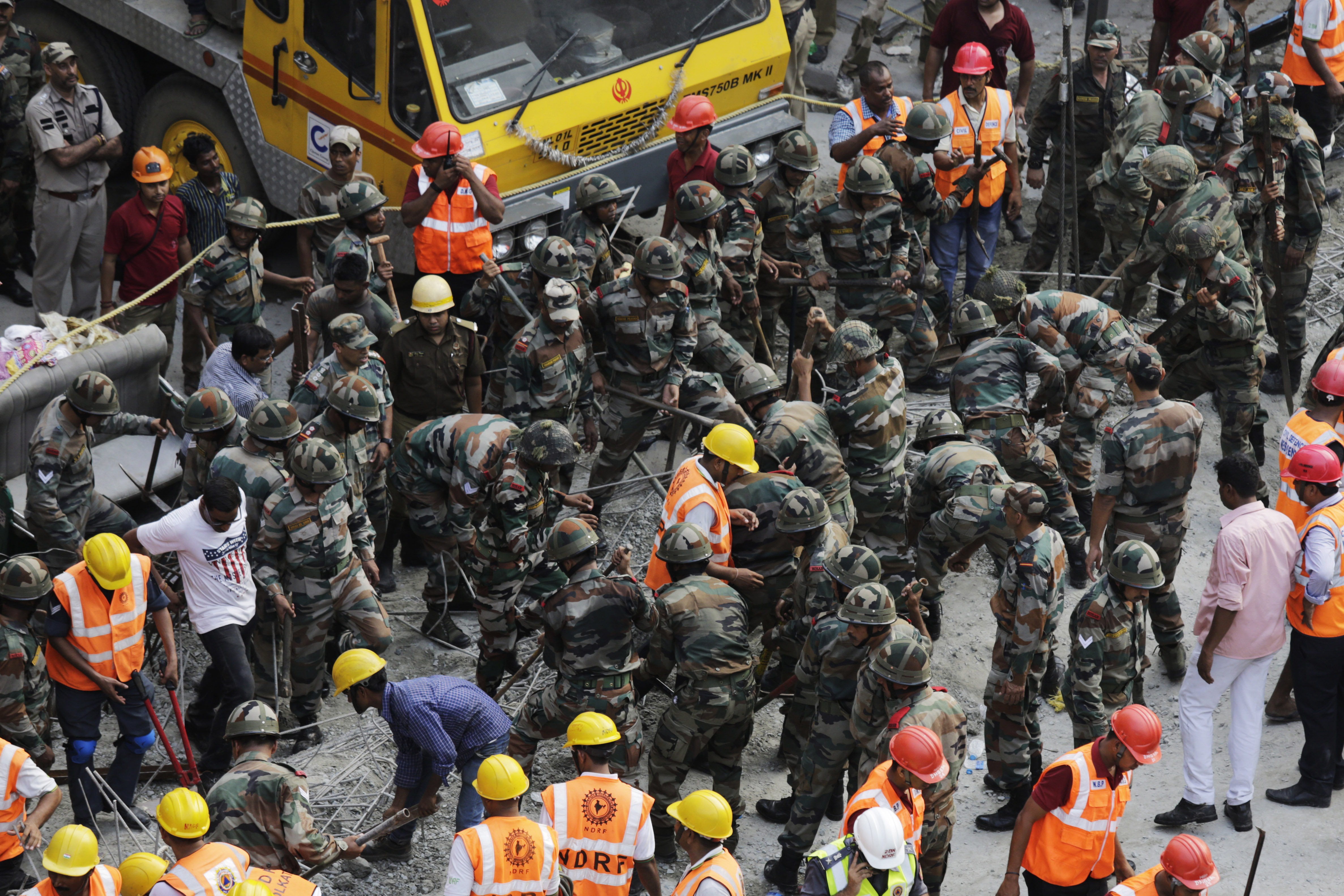 Tragedie in India, dupa ce o pasarela s-a prabusit. CNN: Sunt 22 de morti si 75 de raniti. Ampla operatiune de salvare