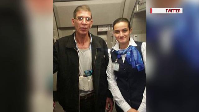 Noi imagini din avionul egiptean deturnat acum doua zile, in Cipru. Ce au facut doua stewardese cu