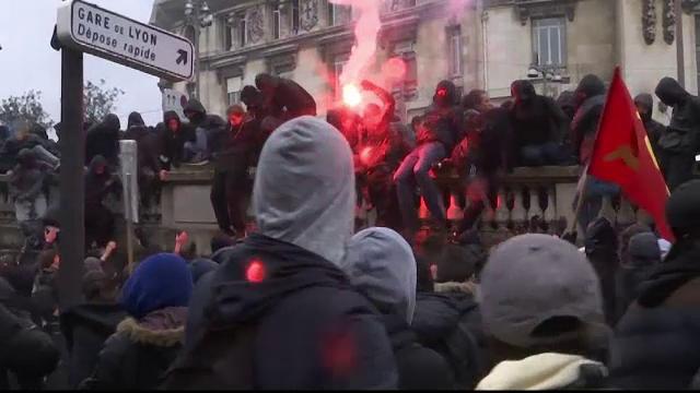 Greve si proteste impotriva reforme sociale anuntate de Hollande, in Franta. Violente si arestari inregistrate in trei orase