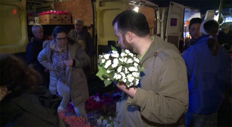 Cozi la flori si martisoare de 1 Martie, pe ultima suta de metri.