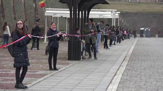 Martisor demn de Cartea Recordurilor, in Cetatea Alba Iulia. Oamenii au venit sa impleteasca 3 km de panglici alb-rosii