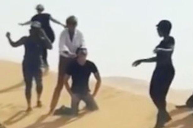 Clipul in care Rod Stewart se preface ca ii taie gatul unui barbat, in desertul din Abu Dhabi. Imaginile au fost sterse VIDEO