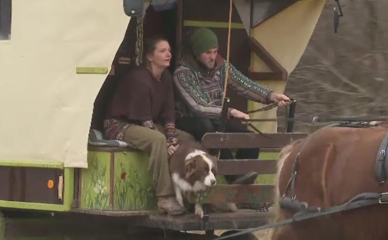 Tinerii care vad Europa din caruta. Sophie si Baptiste s-au cunoscut in Romania in urma cu 5 ani