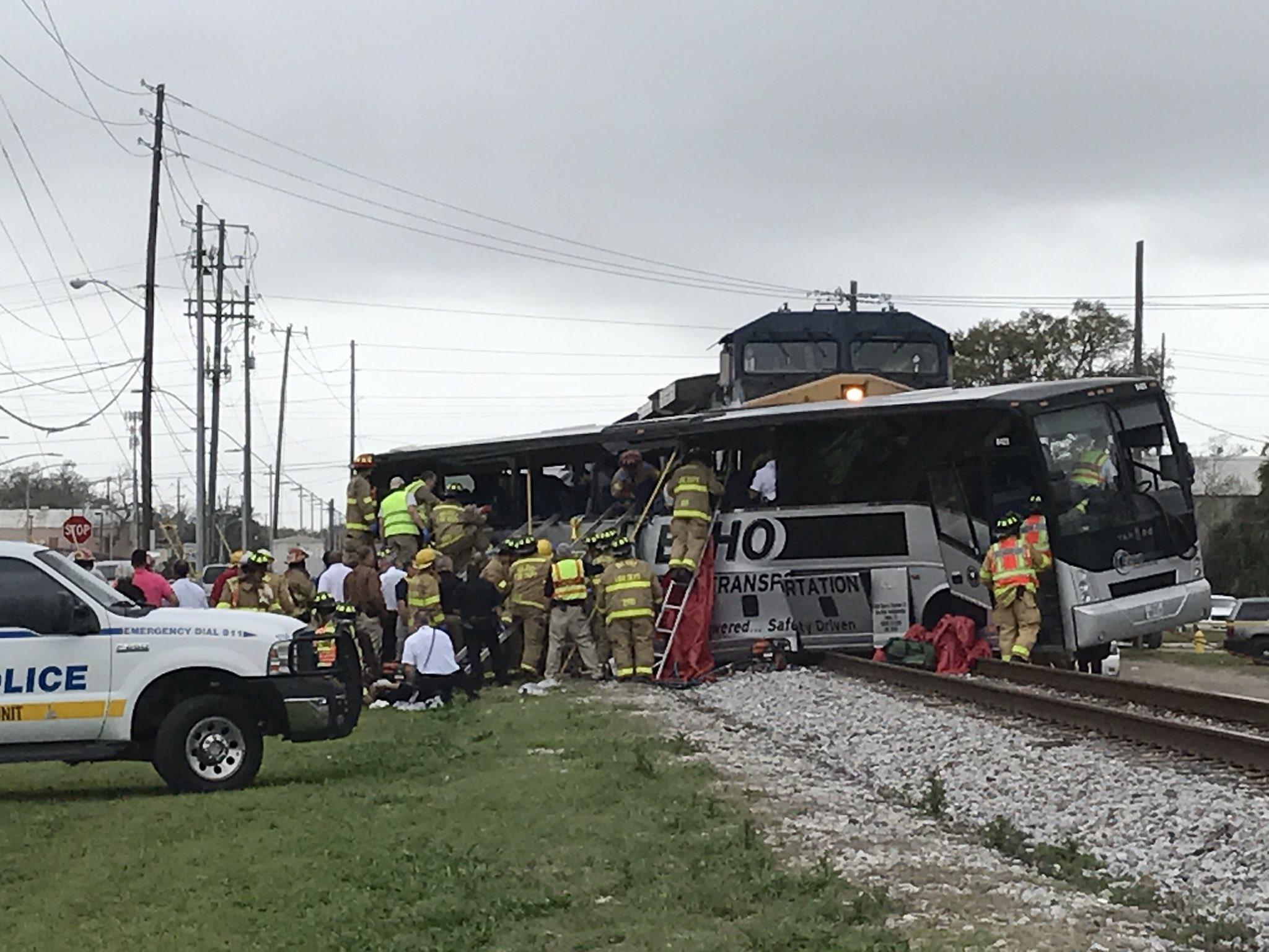 Accident grav in sudul Statelor Unite. Un autocar ce transporta varstnici a fost lovit in plin de o locomotiva
