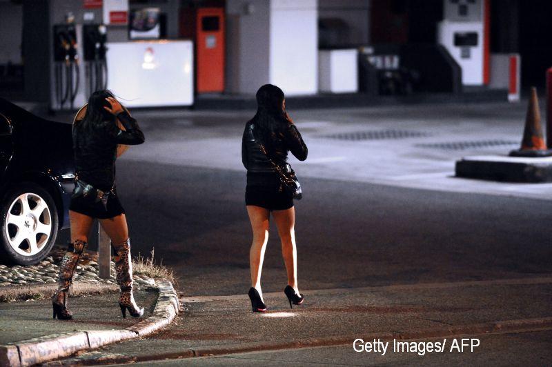 Un barbat de 53 de ani se plange ca este abordat de prostituate care au propuneri indecente. Cat de bine arata. FOTO