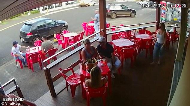 Scene ireale filmate intr-un bar din Brazilia, in momentul in care o femeie isi prinde sotul cu amanta. VIDEO