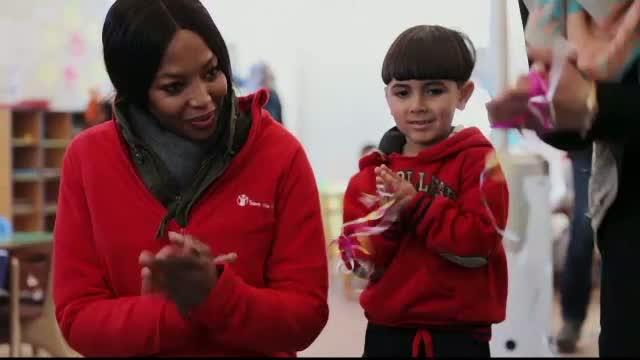 Naomi Campbell, coplesita de emotie intr-o tabara de refugiati din Iordania.