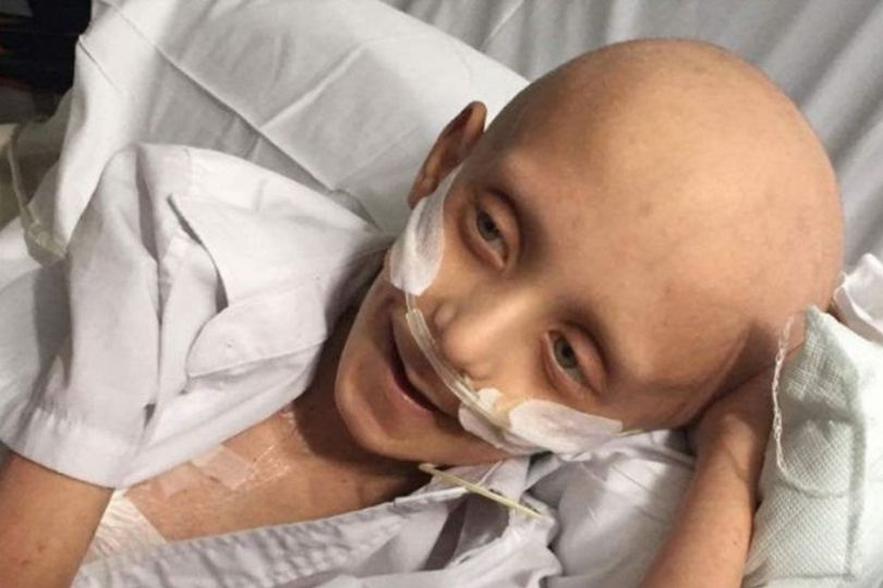 Un baietel bolnav de leucemie in faza terminala vrea sa fie inmormantat alaturi de mama sa. Tatal lui strange banii necesari