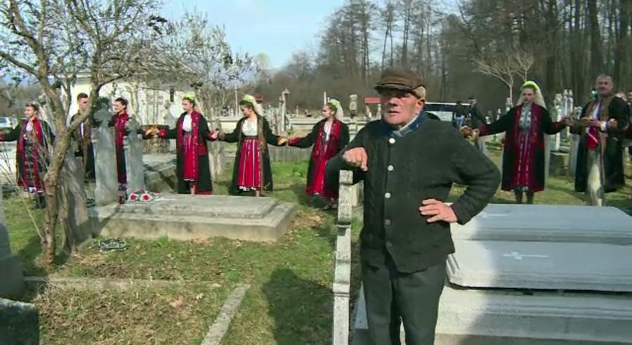 La comemorarea lui Brancusi, autoritatile fac hora in cimitirul din Hobita si promit muzeu. Casa artistului e insa in ruina