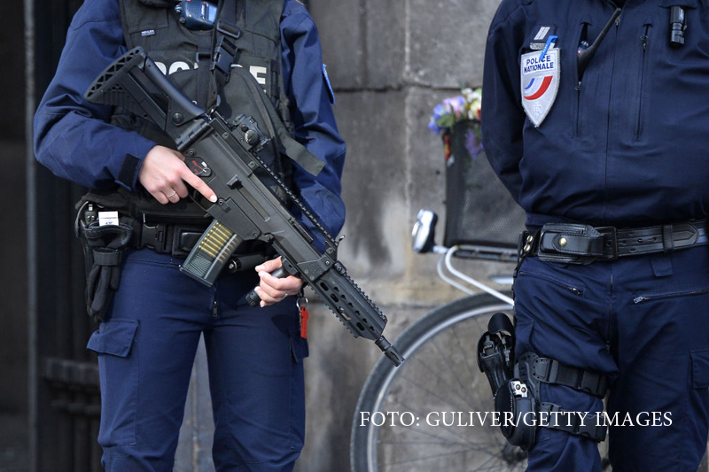 Doi barbati ucisi in Paris de un individ ce a strigat
