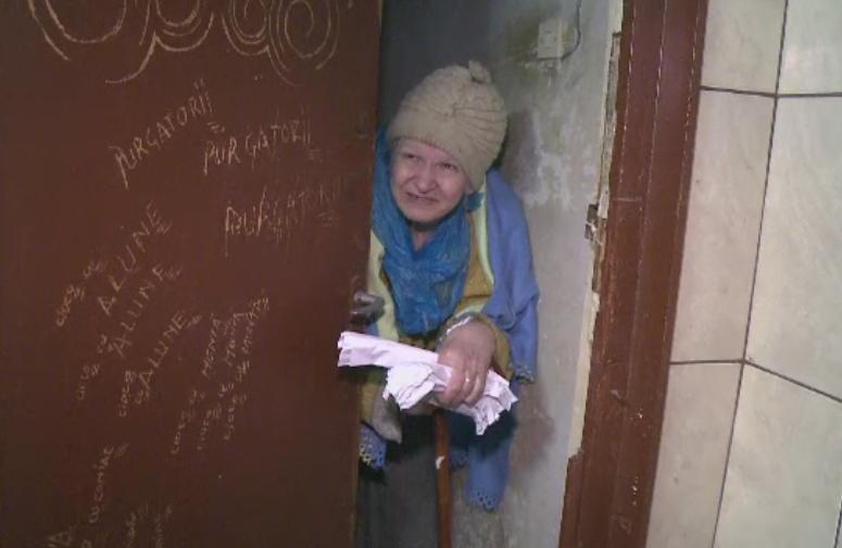 Batrana muscata de sobolani in propria casa, devenita un focar de infectie. Ce au descoperit autoritatile in apartament