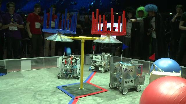Meci intre roboti la Campionatul National de Robotica pentru licee. Primele trei echipe merg la finala mondiala din America