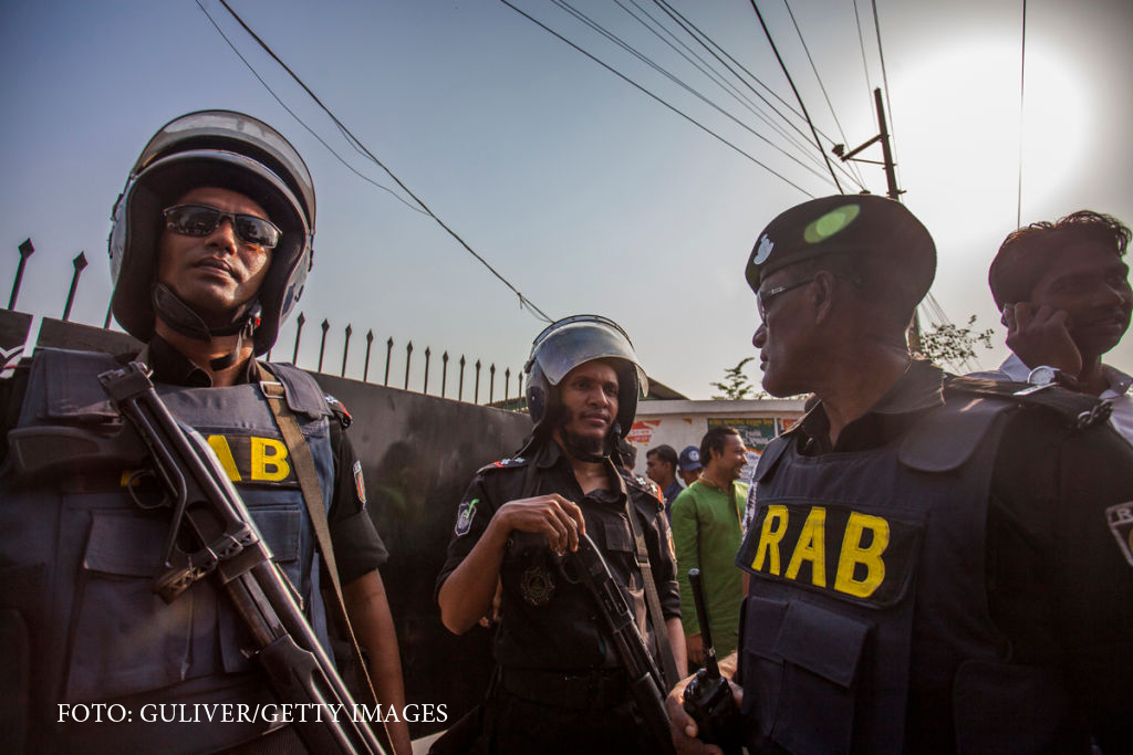 Dublu atentat sinucigas, in Bangladesh, in cursul unei operatiuni anti-teroriste. Statul Islamic a revendicat masacrul