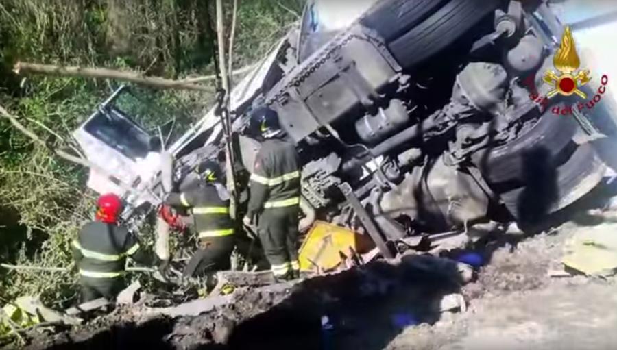 Un sofer roman de TIR a provocat un accident grav in Italia. Doi muncitori care reparau autostrada au fost ucisi. VIDEO