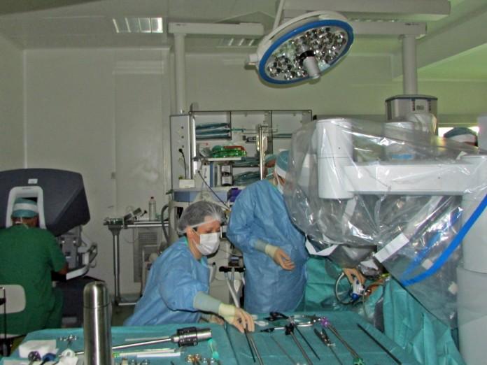(P) Prima interventie de chirurgie robotica efectuata de robotul daVinci a avut loc la Spitalului Sf. Constantin din Brasov