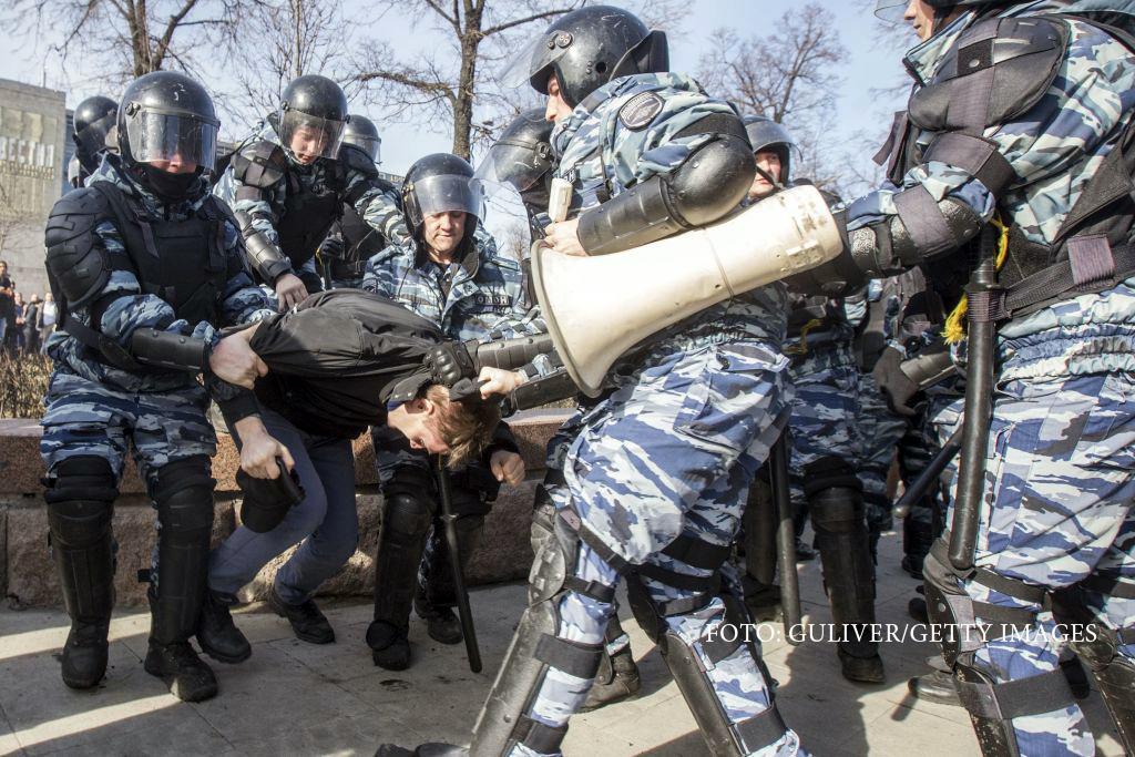 Kremlinul ii ataca pe protestatarii din Rusia dupa modelul romanesc.