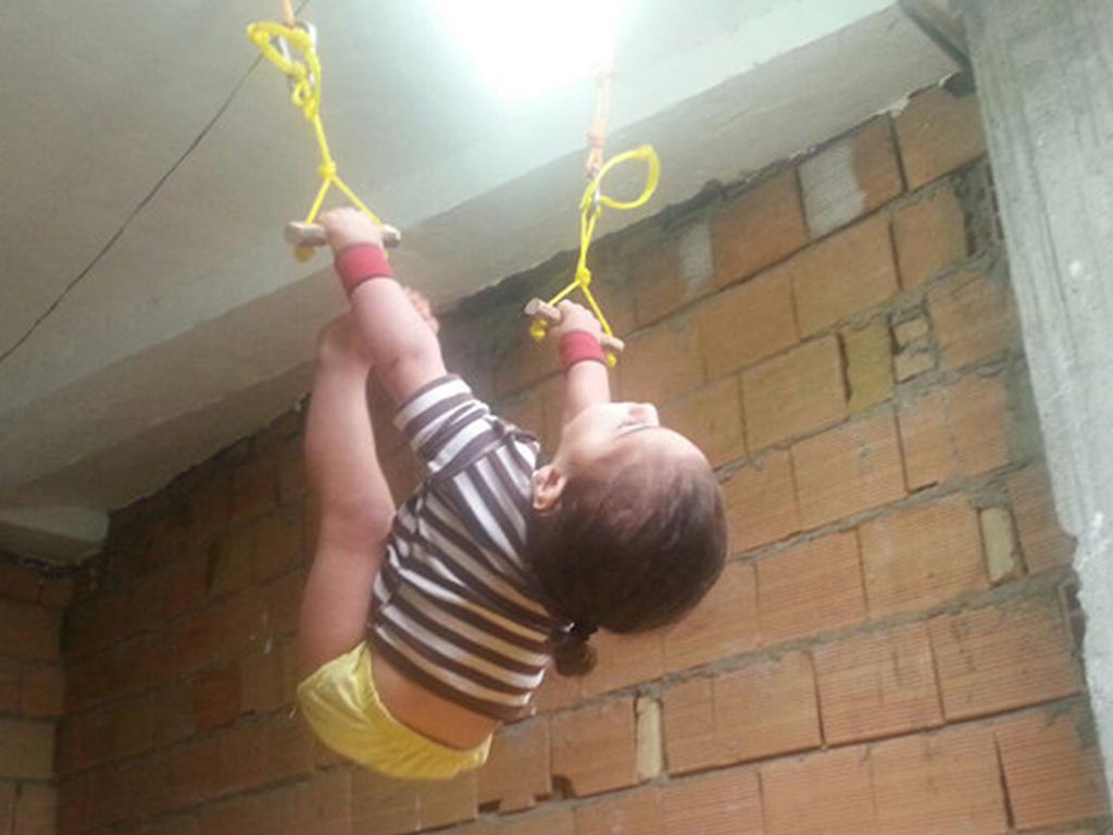 """Un baietel de trei ani a fost supranumit """"Spiderman-ul Internetului"""". Micutul se urca pe pereti fara niciun ajutor VIDEO"""
