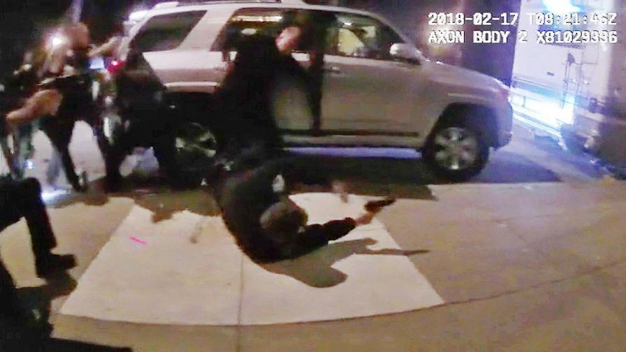 Momentul în care polițiști din SUA trag 65 de gloanțe în 15 secunde asupra unui bărbat