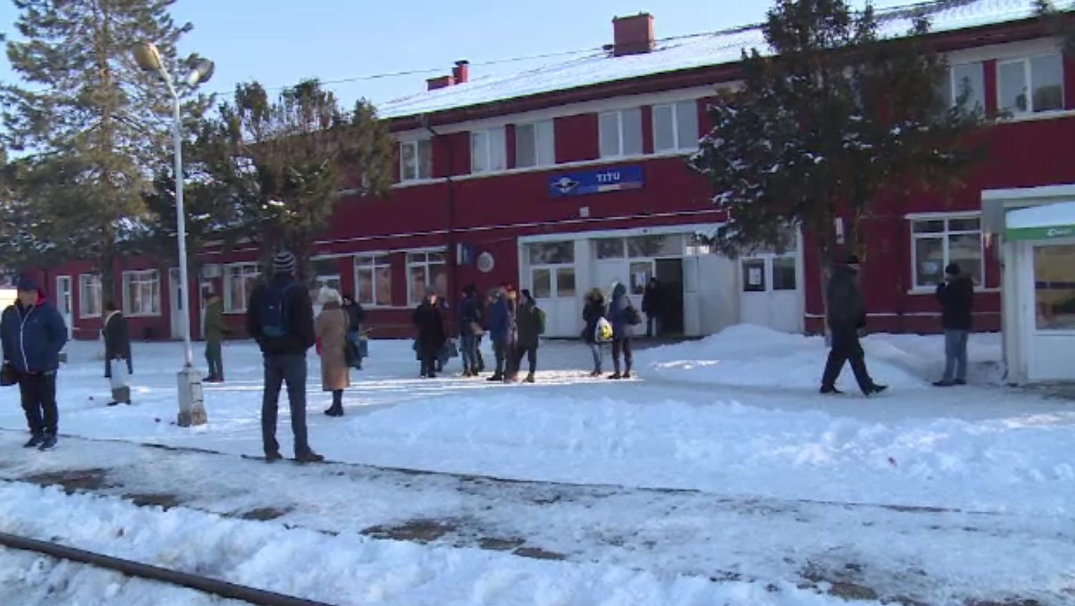 Pasagerii din Titu, interziși în trenuri, deși nu au putut lua bilete din vina CFR