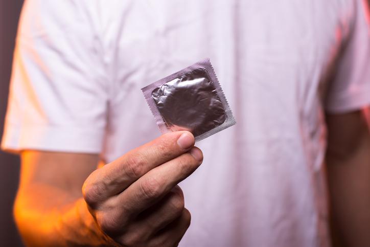 Un ginecolog a creat primul prezervativ unisex din lume. Cum poate fi folosit de femei