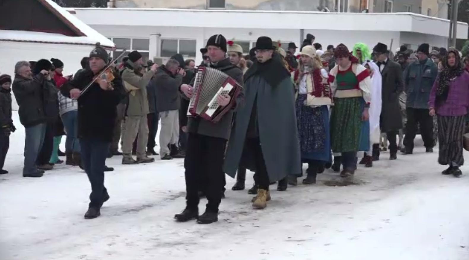 Atmosferă de carnaval în Alba. Localnicii au alungat spiritele rele și iarna