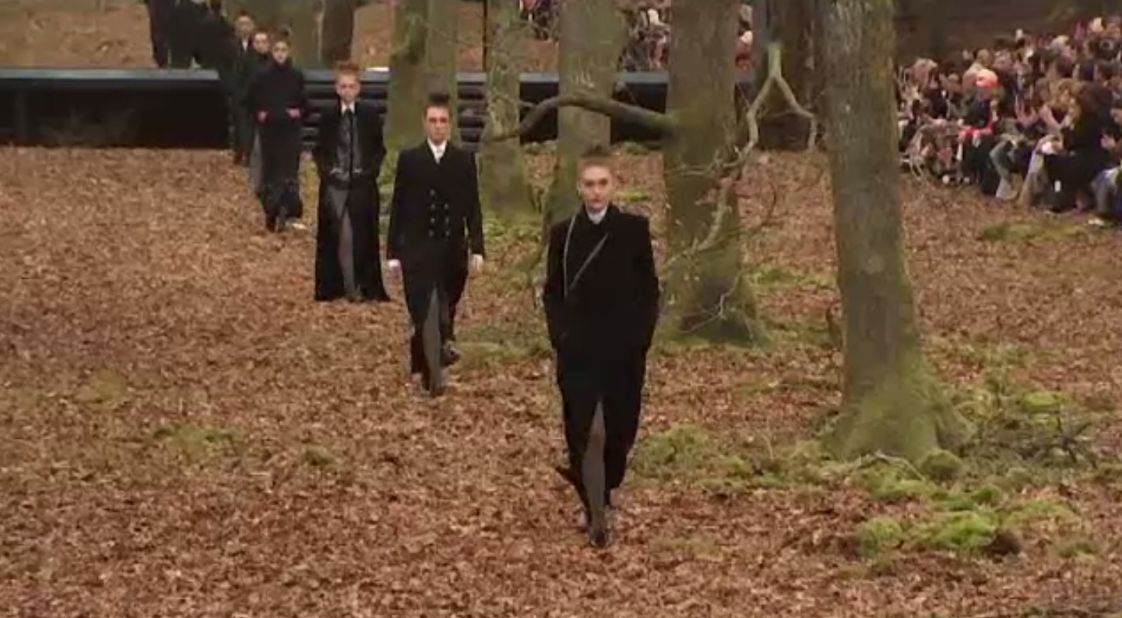 La început de primăvară, Casa Chanel și-a trimis modelele să defileze pe potecile unei păduri tomnatice