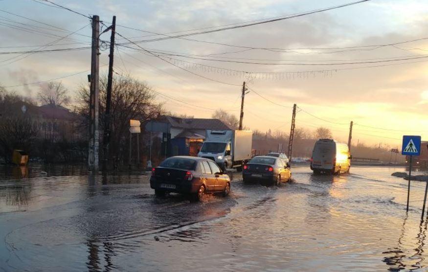 Cod portocaliu de inundaţii în 10 bazine hidrografice, până marţi seara