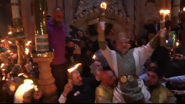 Un episcop susține că Lumina Sfântă de la Ierusalim este aprinsă de la o candelă