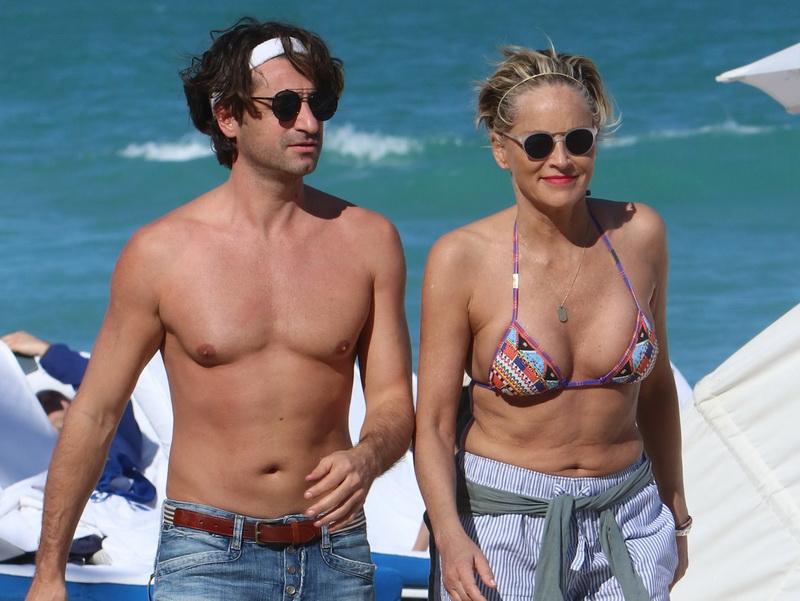 Sharon Stone, în costum de baie la 60 de ani, cu noul iubit cu 20 de ani mai tânăr