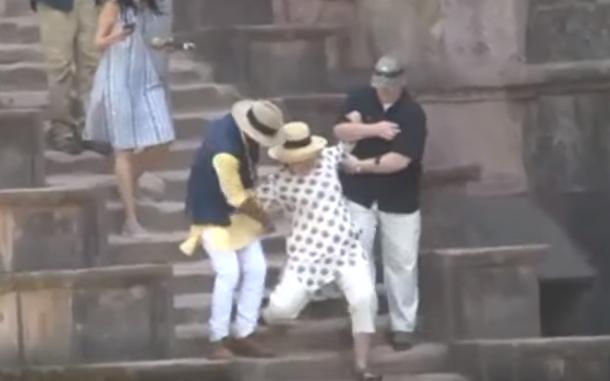 Hillary Clinton a alunecat de două ori pe o scară de piatră, într-o vizită în India. VIDEO
