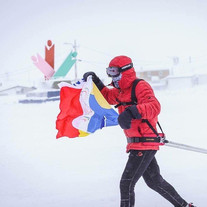 Tibi Uşeriu a câştigat ultramaratonul 6633 Arctic Ultra. A trecut linia de sosire cu steagul României. VIDEO