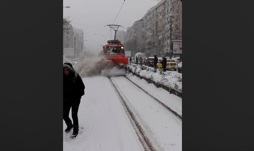 Angajat al RATB, cercetat după ce călătorii au fost împroșcați cu zăpadă, în stație