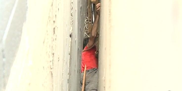 A alergat după o minge de baseball și a rămas blocat 3 ore între două clădiri. VIDEO