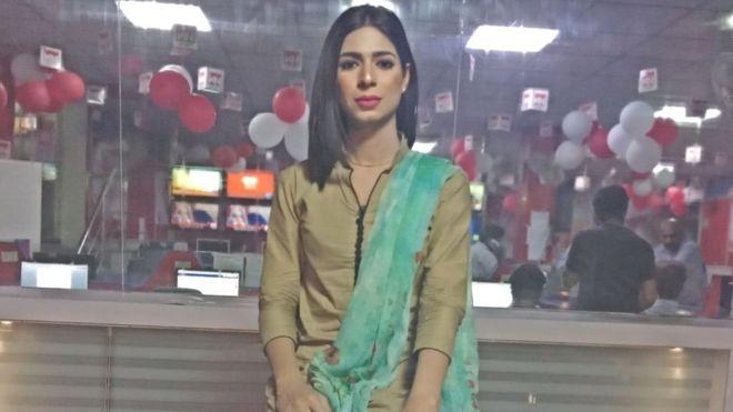 O tânără din Pakistan, prima prezentatoare transgender din țară