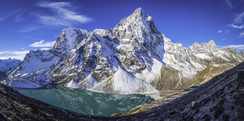 Un român a murit în munţii Himalaya, într-un accident cu parapanta