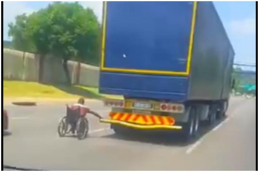 Imagini surprinse pe autostradă: un bărbat în scaun cu rotile s-a prins de un TIR. VIDEO