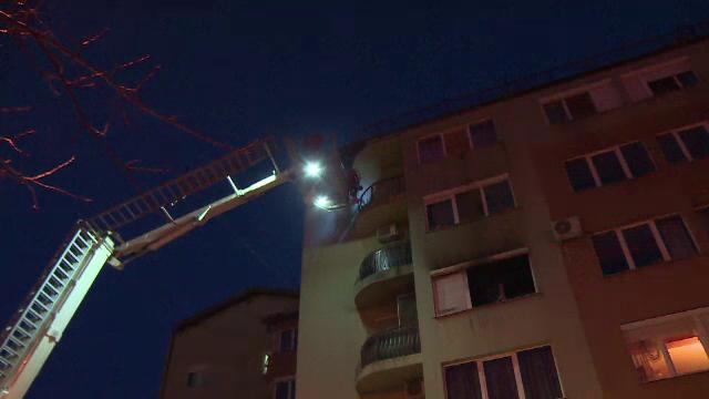 Un tânăr a sărit de la etajul doi din apartamentul care luase foc. De ce îl suspectează vecinii