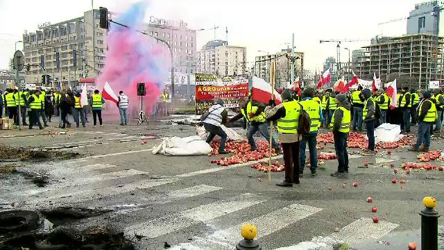 Protest uriaş al fermierilor cu porci morţi şi tone de mere aruncate pe şinele de tramvai