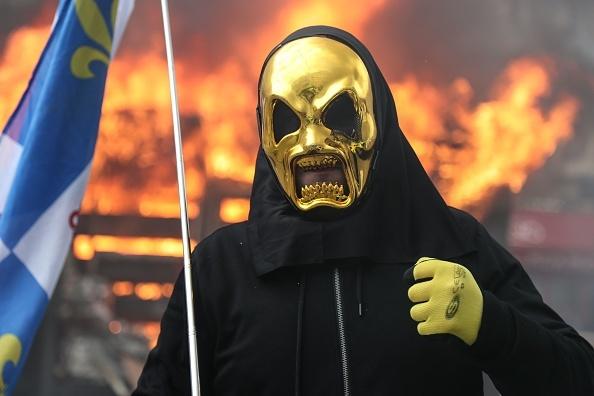 Lupte în Paris. Vestele Galbene au incendiat bănci și au jefuit magazine