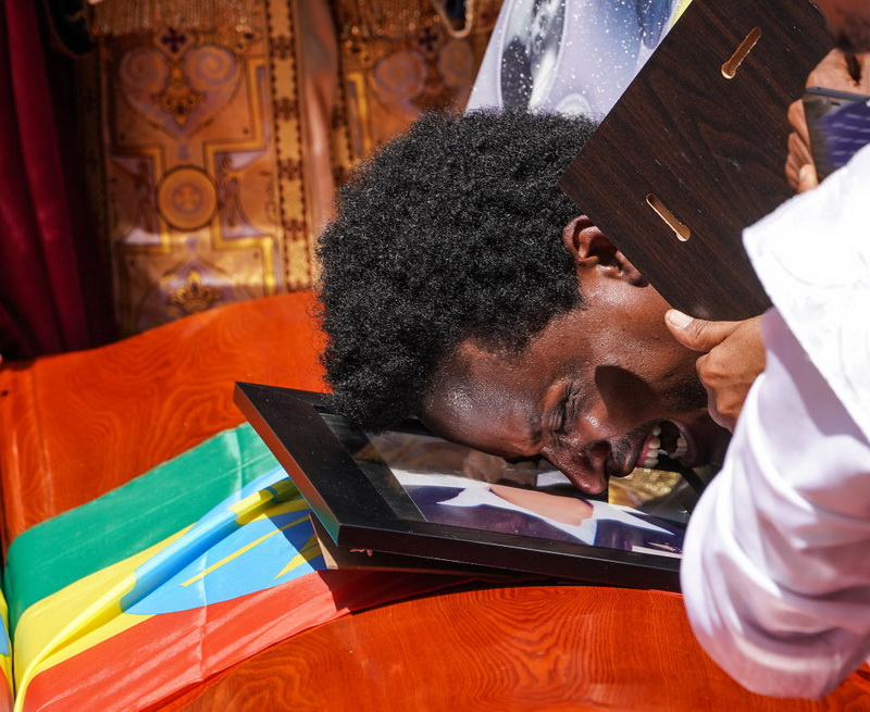 Funeraliile victimelor tragediei din Etiopia. Ce au pus de fapt rudele în sicrie