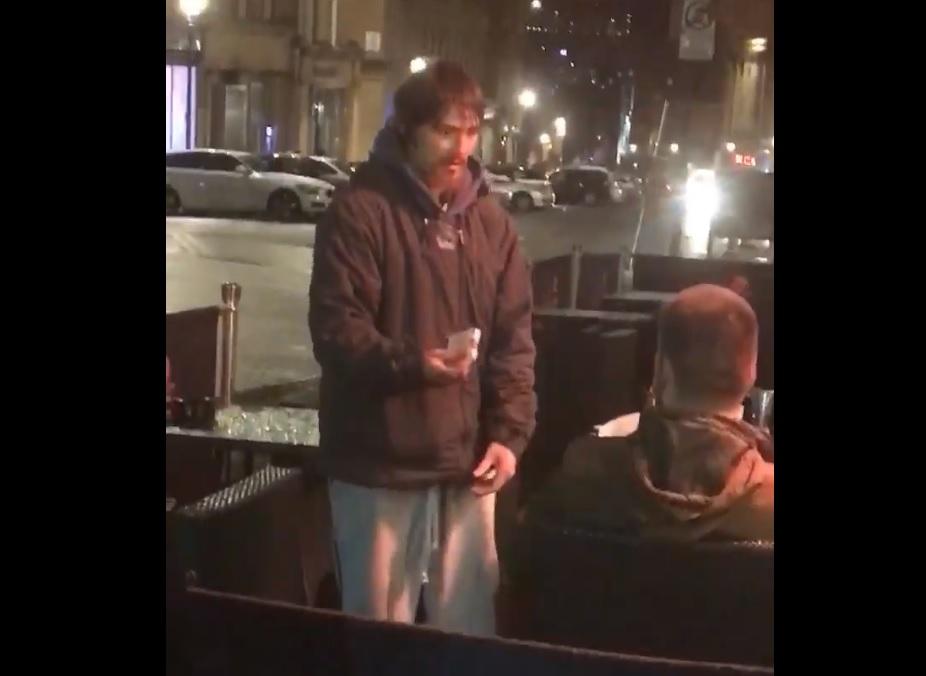 Gestul uimitor al unui om fără adăpost, după ce un tânăr i-a dat cardul și PIN-ul