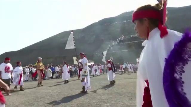 Sute de oameni în alb, la Teotihuacan,