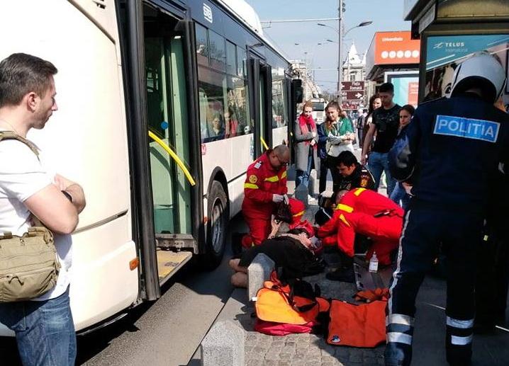 O femeie a fost acroșată de un troleibuz după ce s-a împiedicat de un stâlp de beton, de pe trotuar