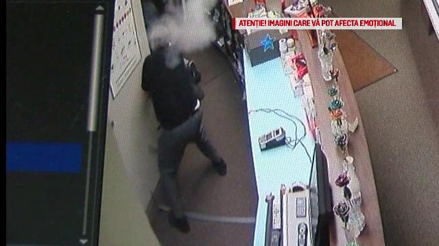 Momentul în care un angajat al unui magazin de bijuterii este împușcat de hoți