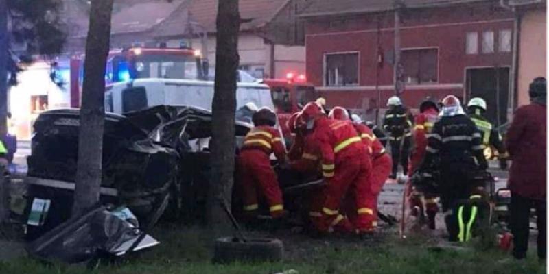 Impact violent la Târgu Mureș între o mașină și o dubiță. Doi tineri au murit