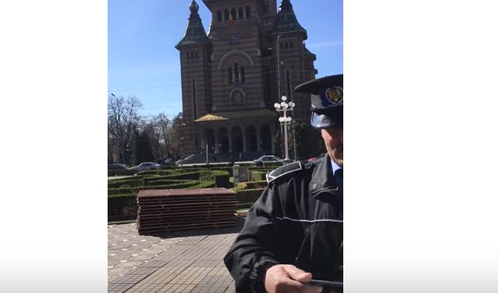 Un polițist local a vrut să amendeze un biciclist în Timișoara, dar nu a știut cum. VIDEO