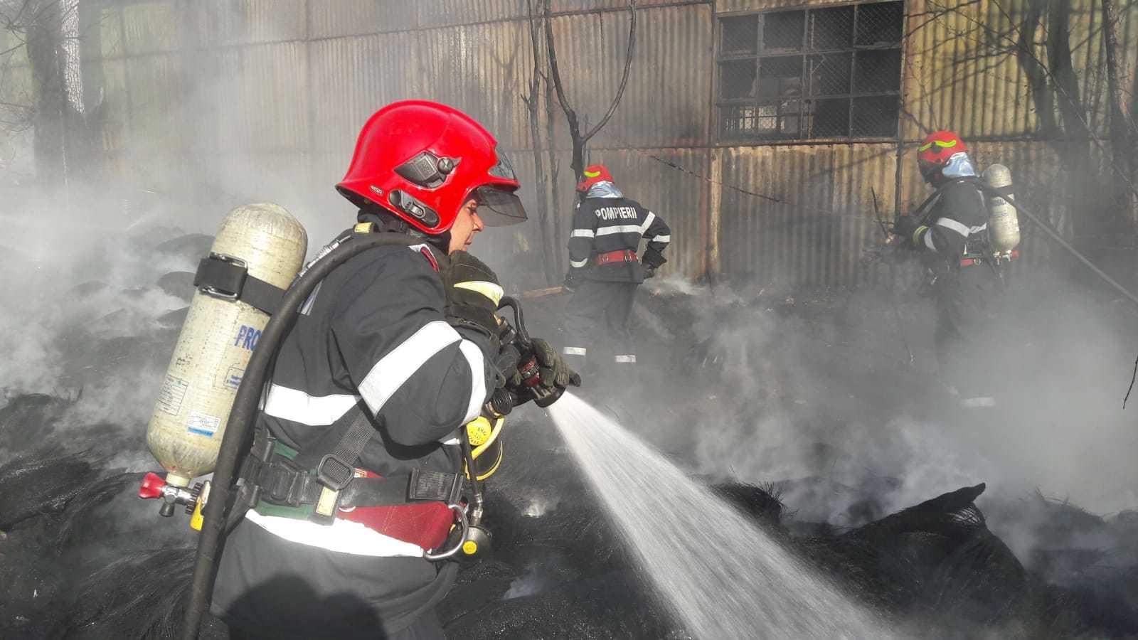 Incendiu violent la un depozit de anvelope, pe centura Capitalei