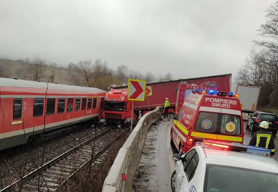 TIR lovit de tren în Cluj. Șoferul a rupt parapetul după ce a lovit un alt autoturism