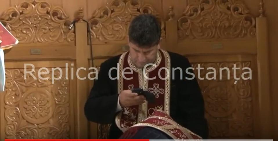 Preot filmat când butona telefonul în timp ce spovedea un credincios. Ce spune Arhiepiscopia Tomisului