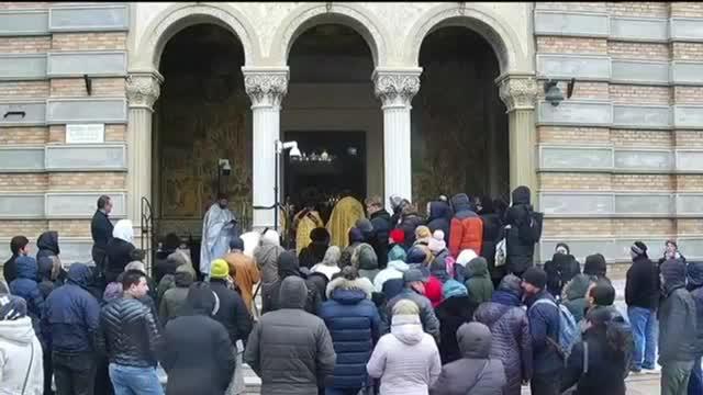 VIDEO. Un preot din Cluj împărtășește enoriașii cu aceeași linguriță. Imaginile, publicate de Euronews